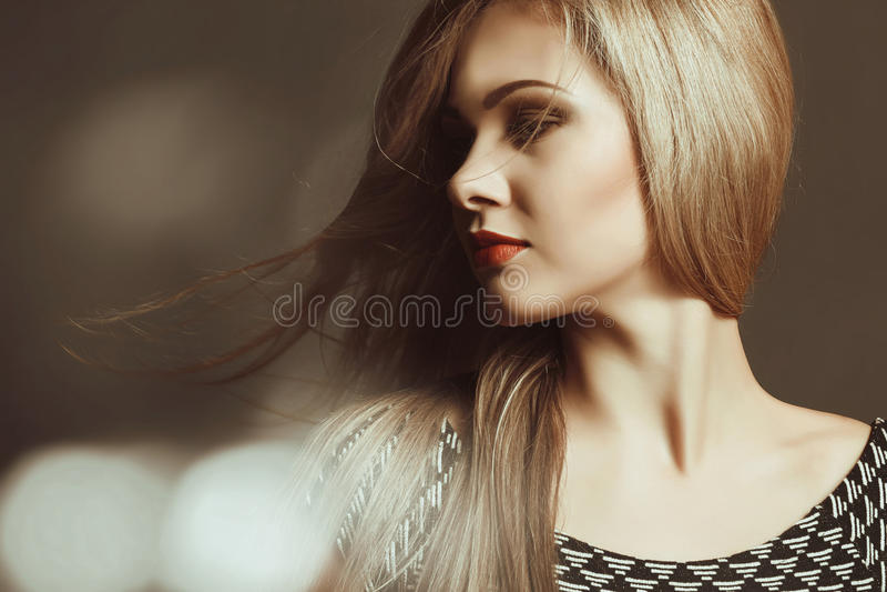 härligt blont sexigt makeup hår long fotografering för bildbyråer