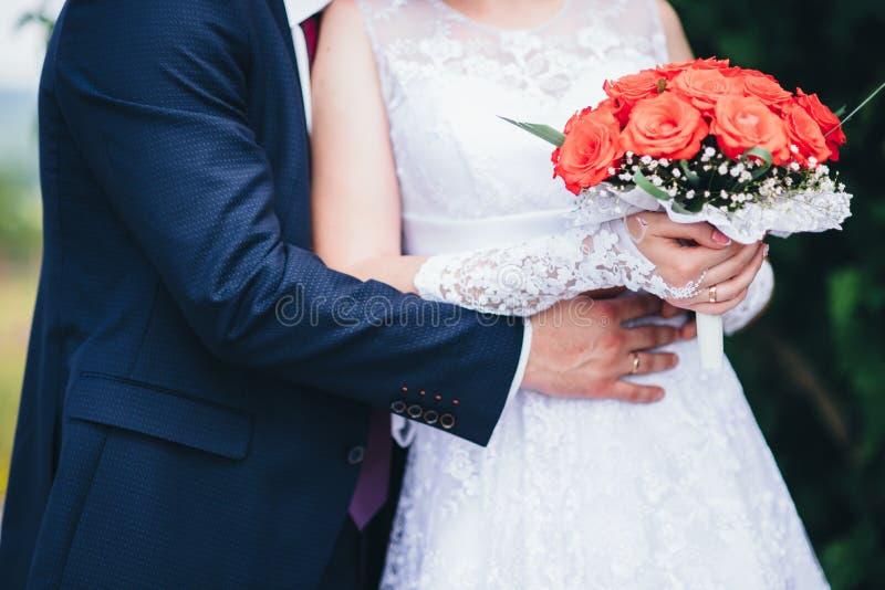 härligt bröllop Brudgummen kramar bruden royaltyfri fotografi