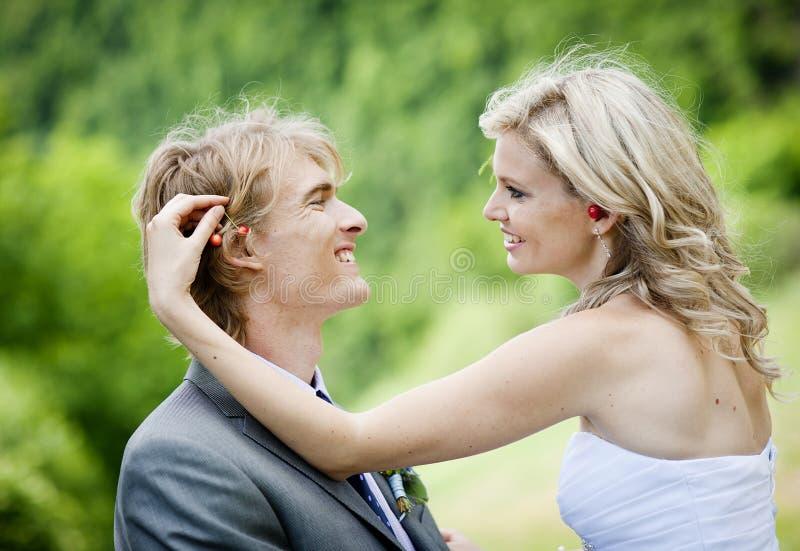 Härligt bröllop kopplar ihop arkivfoton
