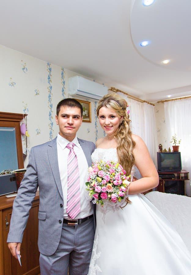 Härligt bröllop, maken och frun, vänner man kvinnan, bruden och brudgummen fotografering för bildbyråer