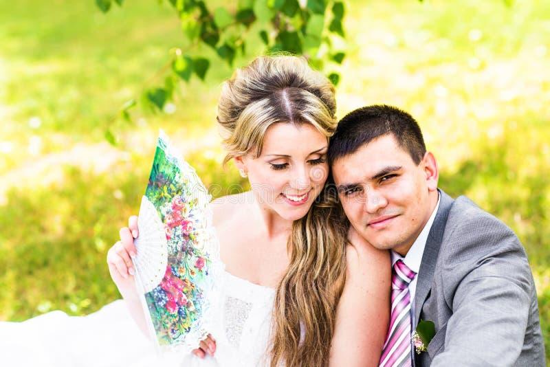Härligt bröllop, maken och frun, vänner man kvinnan, bruden och brudgummen arkivbilder