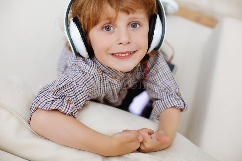 Härligt briljant barn som lyssnar till musik arkivfoton