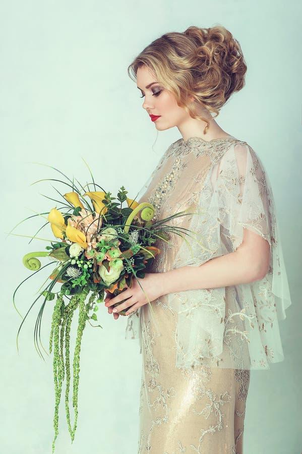 härligt brudklänningbröllop royaltyfri bild