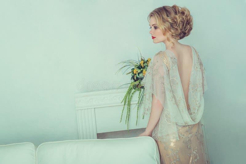 härligt brudklänningbröllop arkivfoton