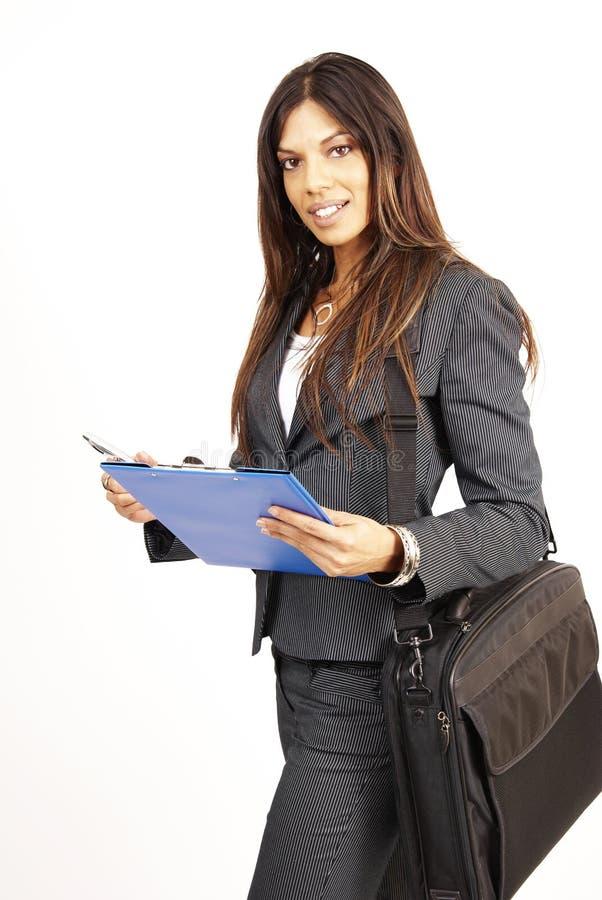 Härligt brunettkvinnainnehav en clipboard royaltyfri fotografi
