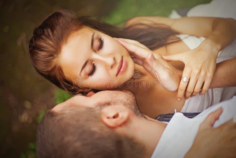 Härligt caucasian kyssa för par royaltyfria foton