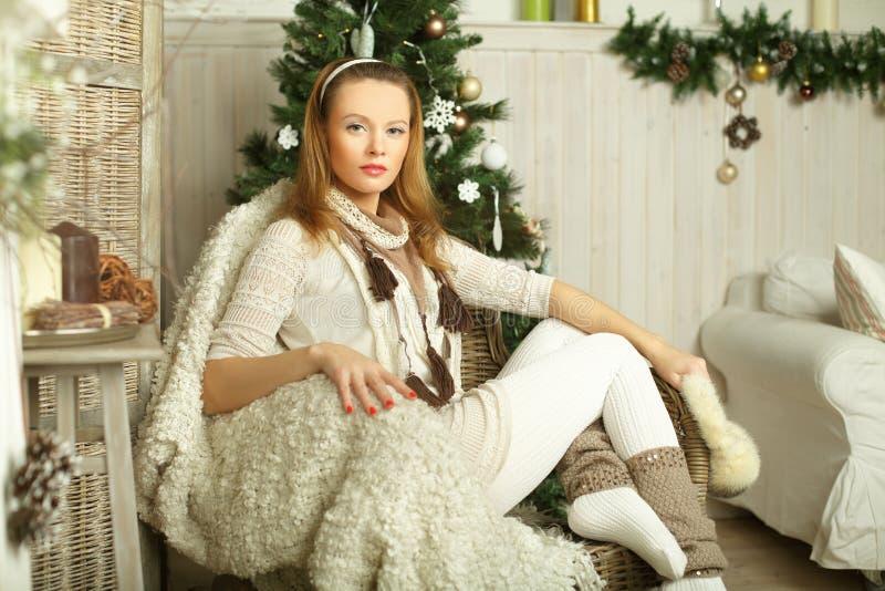 Härligt dana kvinnan, julskönhet arkivfoton
