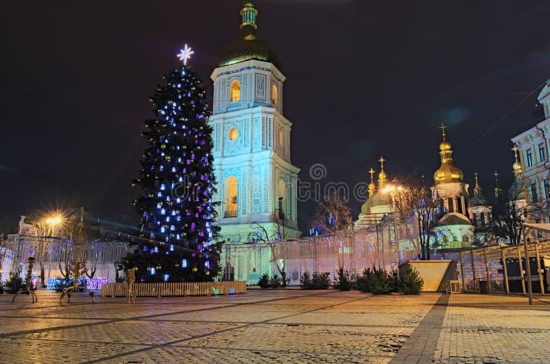 Härligt dekorerat huvudsakligt träd för nytt år för Kyiv ` s Jul marknadsför utan folk i ottan på Sophia Square i Kyiv royaltyfria foton
