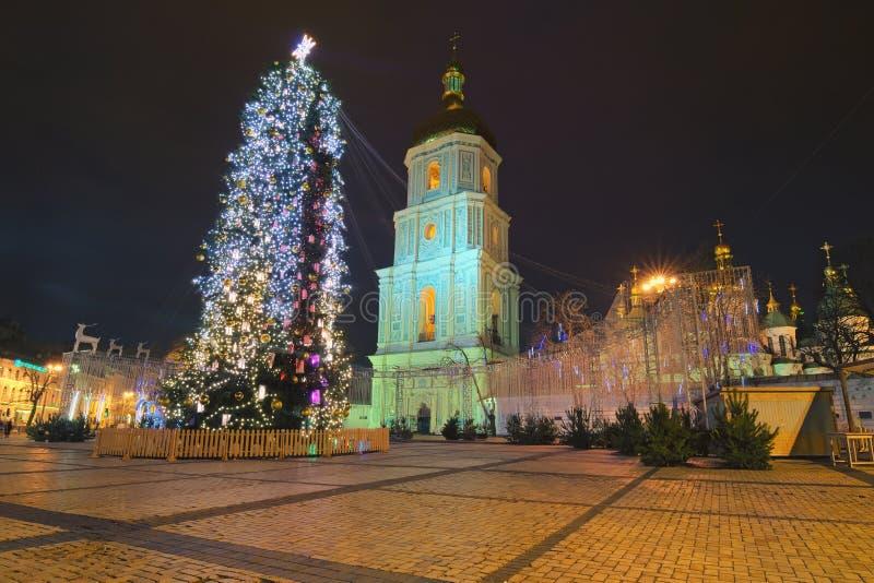 Härligt dekorerat huvudsakligt träd för nytt år för Kyiv ` s Julmarknad i ottan på Sophia arkivbild