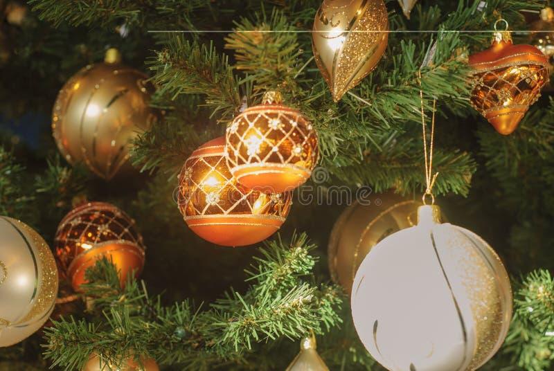 Härligt dekorerat julträd med garneringbollen för guld- och vit jul arkivbilder