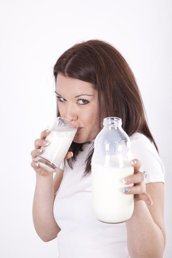 härligt dricka mjölkar kvinnabarn fotografering för bildbyråer