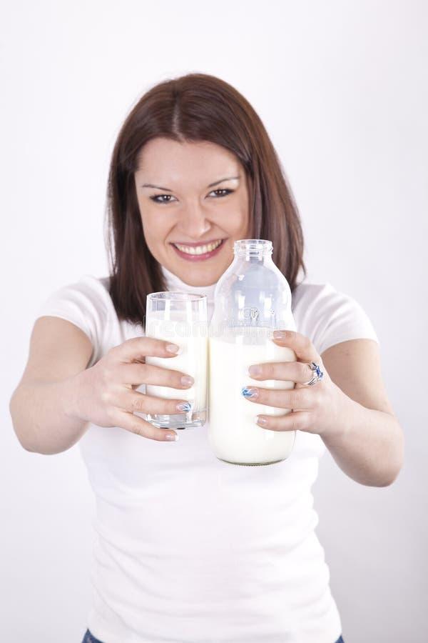 härligt dricka mjölkar kvinnabarn arkivfoton