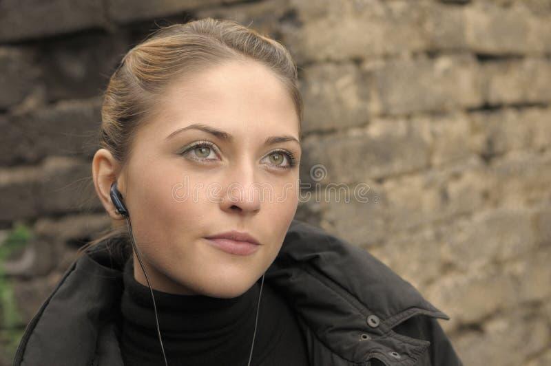 härligt earbudflickabarn royaltyfria bilder