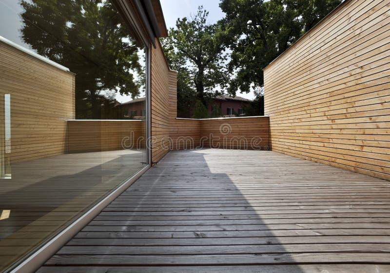 härligt ecologic hus utomhus arkivfoto