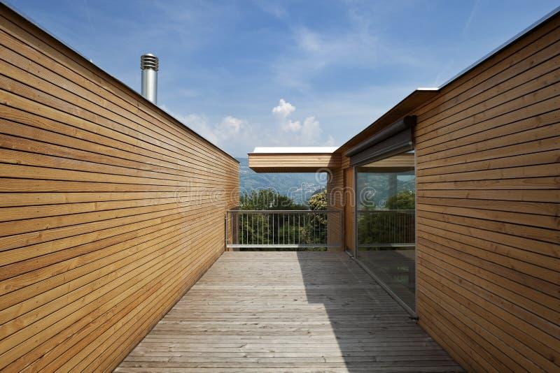 härligt ecologic hus utomhus arkivbilder