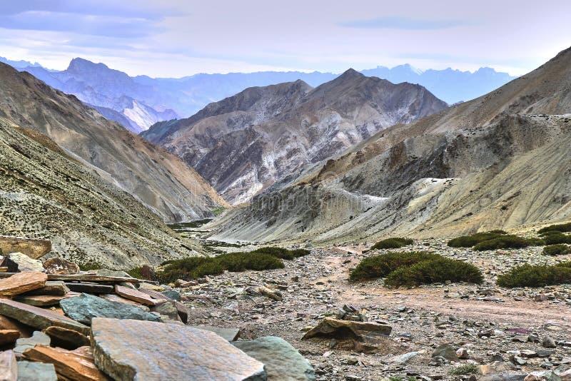 Härligt färgrikt landskap som tas från ett Gandala passerande i Himalaya berg i Ladakh, Indien fotografering för bildbyråer