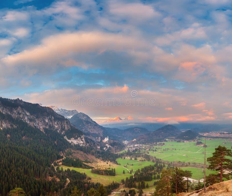 Härligt färgrikt panorama- landskap med alpina berg royaltyfri fotografi