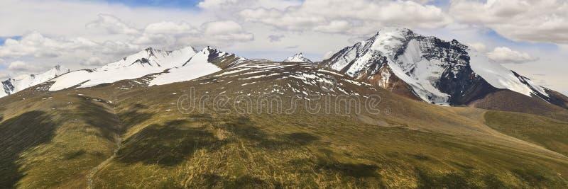 Härligt färgrikt panorama- landskap med det Kang Yatze berget som tas från det Gongmaru Lapasserandet i Himalayas, Ladakh, Indien arkivfoto