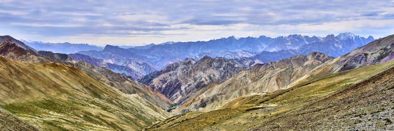 Härligt färgrikt panorama- landskap som tas från ett Gandala passerande i Himalaya berg i Ladakh, Indien arkivbilder