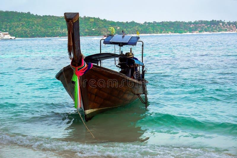 Härligt färgrikt typisk träfartyg royaltyfri fotografi