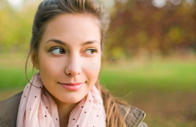 härligt för brunett ståendebarn utomhus royaltyfri bild