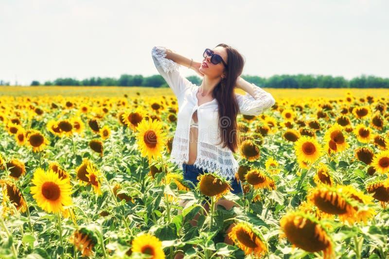 härligt för flicka barn utomhus Kvinnan på en sommar går i fältet royaltyfri foto