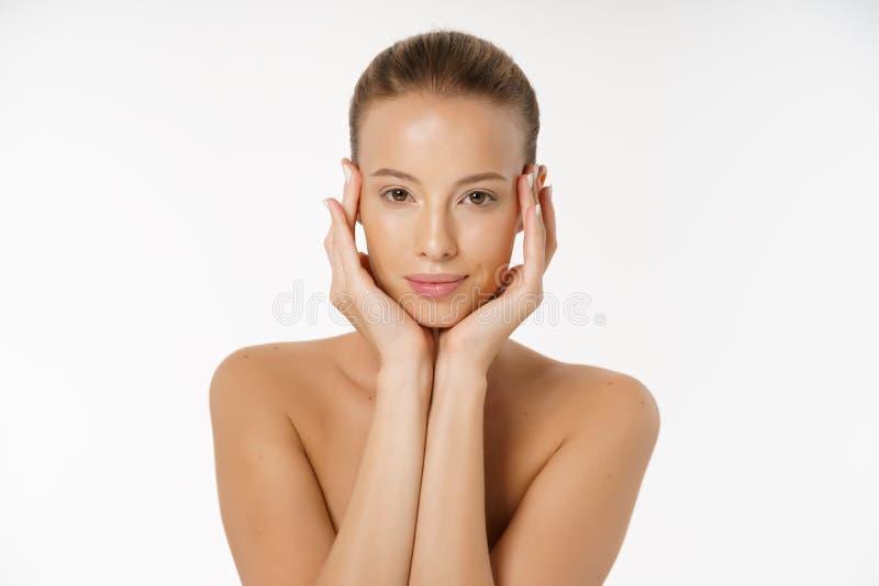 Härligt för framsidastående för ung kvinna begrepp för omsorg för hud för skönhet Modeskönhetmodell som isoleras på vit fotografering för bildbyråer