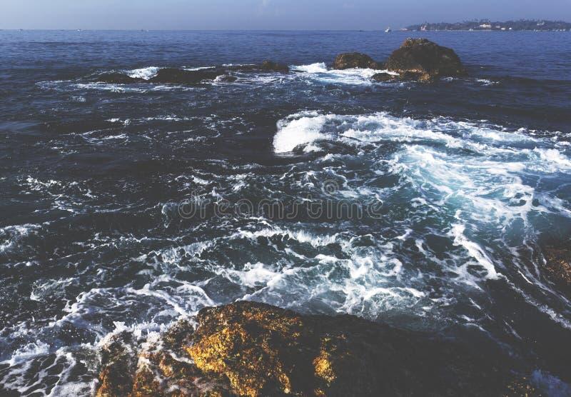 Härligt fantastiskt landskap av den steniga kusten på stranden på Weligama royaltyfri foto