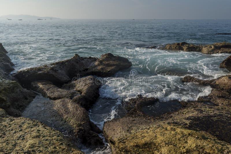 Härligt fantastiskt landskap av den steniga kusten på stranden på den Weligama staden royaltyfri fotografi