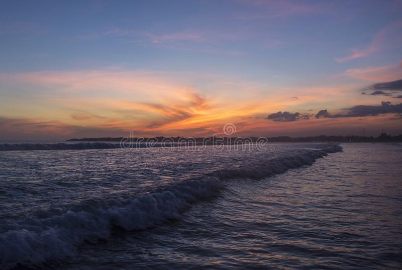 Härligt fantastiskt landskap av den tropiska stranden under orange solnedgånghimmel på den Weligama fjärden royaltyfria foton