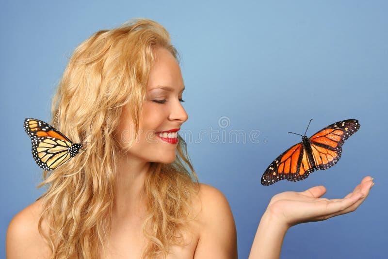 härligt fjärilsH hand henne kvinnan arkivbild