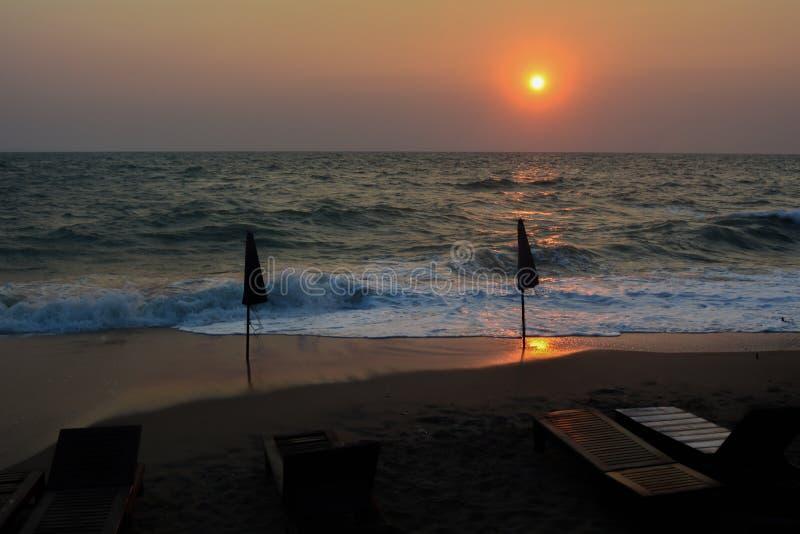 Härligt flammande solnedgånglandskap på havet, fantastisk sommarsolnedgångsikt på stranden royaltyfri fotografi