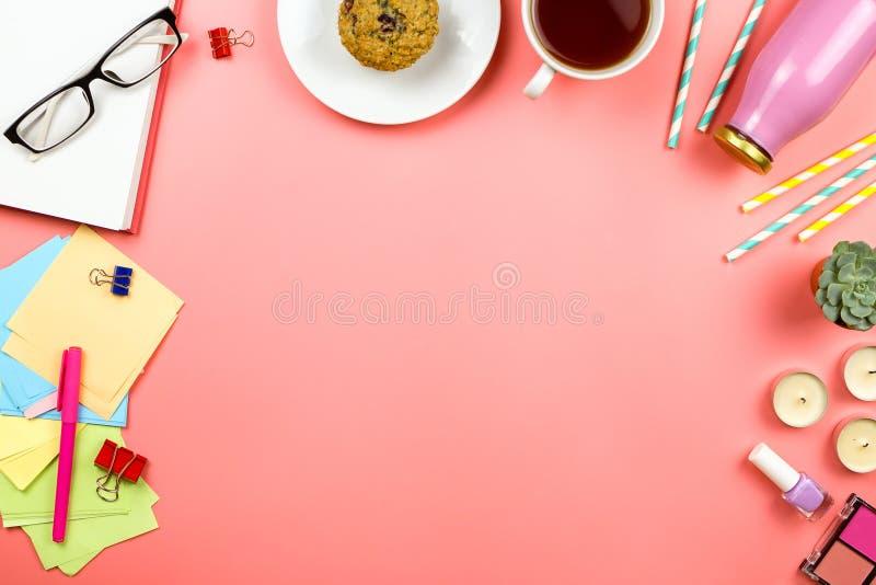 Härligt flatlay med anteckningsboken, exponeringsglas, färgrik anmärkningslegitimationshandlingar, kopp te, flaska med fruktsaft  royaltyfria foton