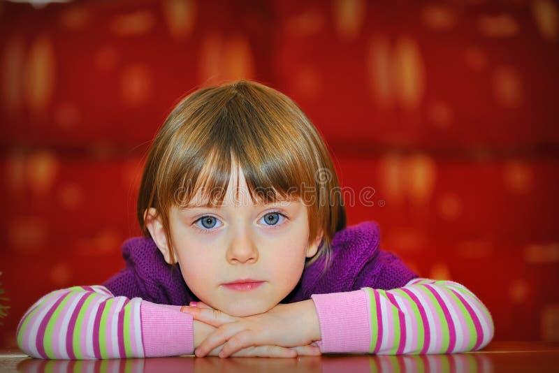härligt flickaståendebarn royaltyfri bild