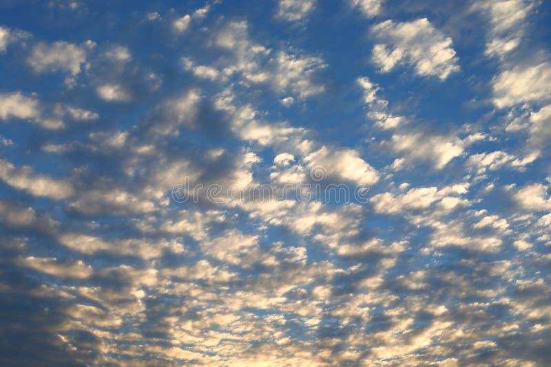 Härligt flyttningmoln ovanför dramatisk blå molnig solnedgånghimmel arkivbild