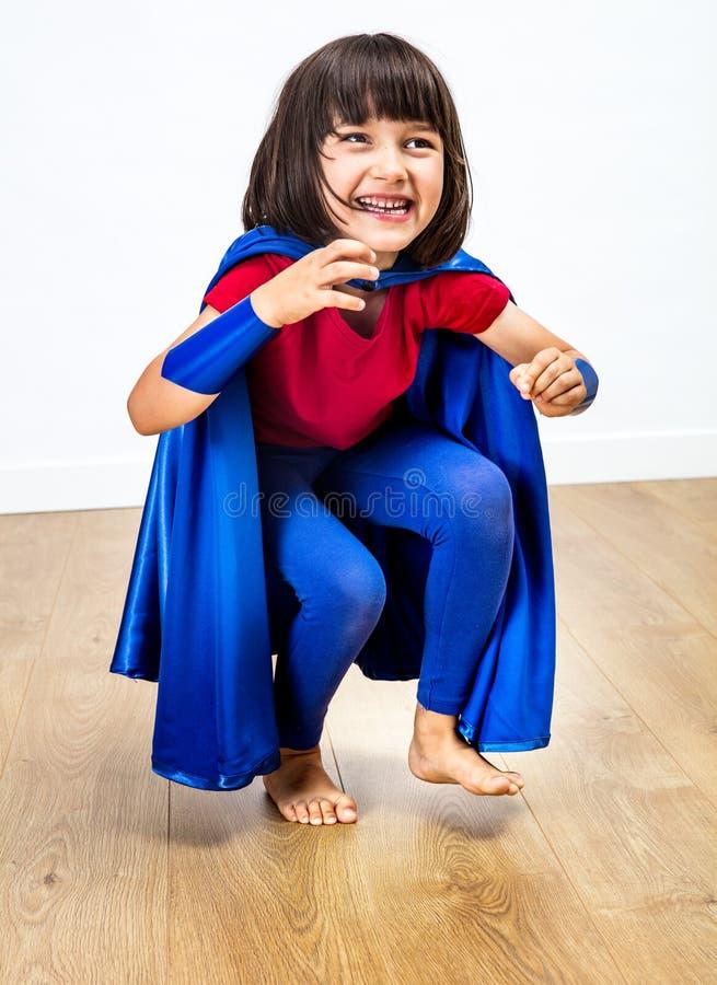 Härligt fnissa barn för toppen hjälte som spelar för spännande frihet fotografering för bildbyråer