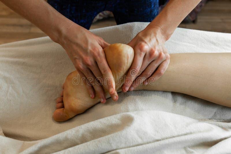 Härligt foto av en kvinnas händer som ger en djup silkespappermassage royaltyfria foton