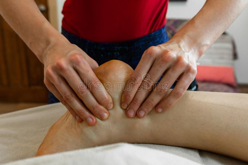 Härligt foto av en kvinnas händer som ger en djup silkespappermassage arkivfoto