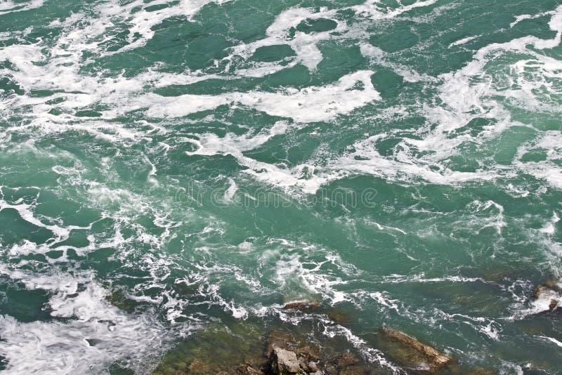 Härligt foto av vattnet nära att förbluffa Niagara Falls royaltyfri fotografi