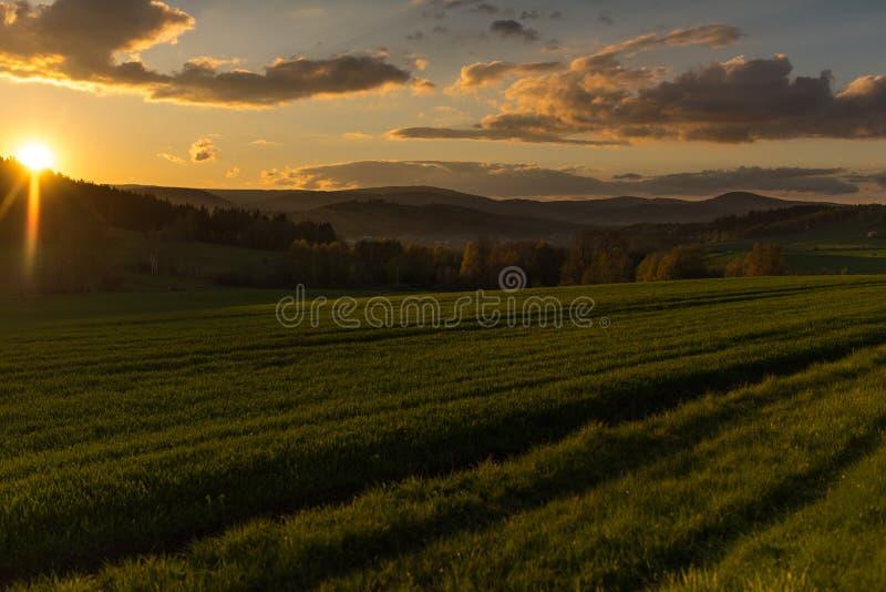 Härligt fotografi av solnedgången i Polen royaltyfri fotografi