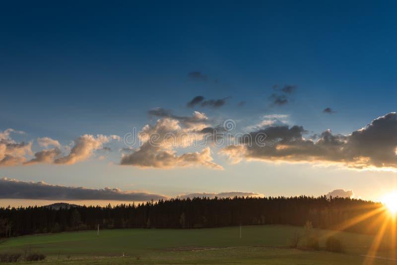Härligt fotografi av solnedgången i Polen royaltyfri bild
