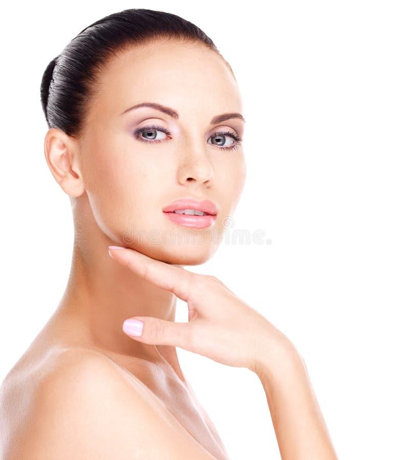 Härligt  framsida av den unga nätta kvinnan med ny hud royaltyfri foto