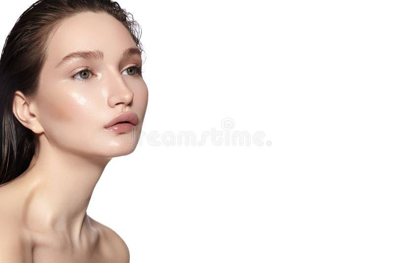 härligt framsidakvinnabarn Skincare wellness, brunnsort Ren mjuk hud, sund ny blick Naturlig daglig makeup fotografering för bildbyråer
