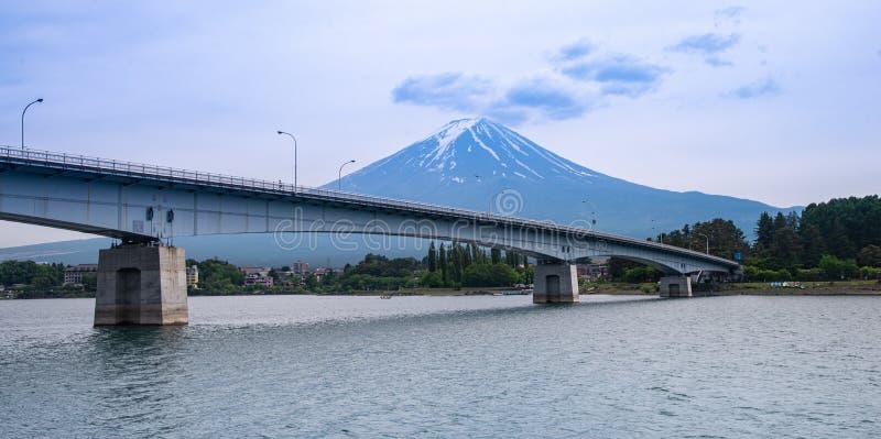 Härligt Fuji berg med molnet och blå himmel i sommar, den berömda gränsmärket och dragningsställe av turister fotografering för bildbyråer