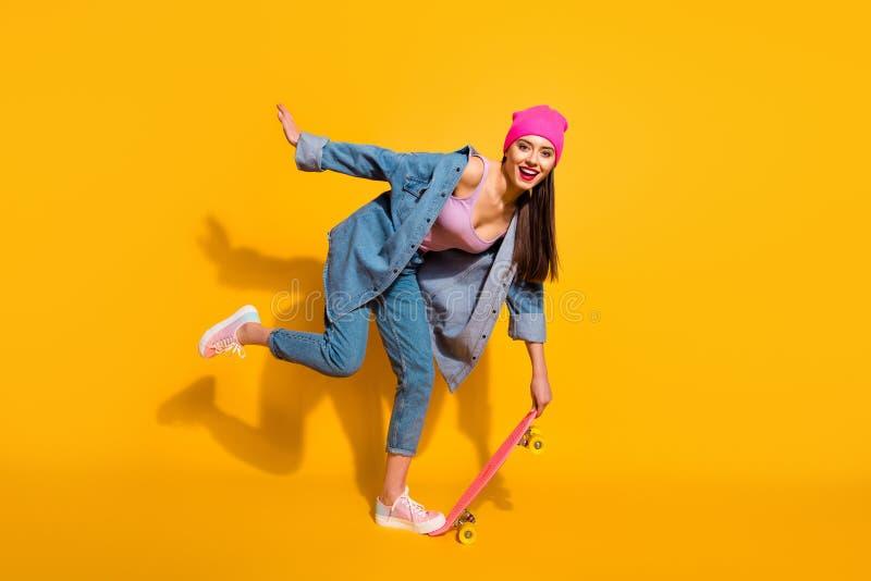 Härligt fullt foto för format för kropp för längdsidoprofil henne hennes kläder för rörelse för sport för bräde för skridsko för  arkivbilder