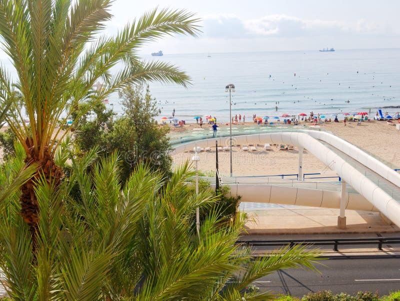 Härligt gömma i handflatan och stranden i Alicante spain arkivfoton