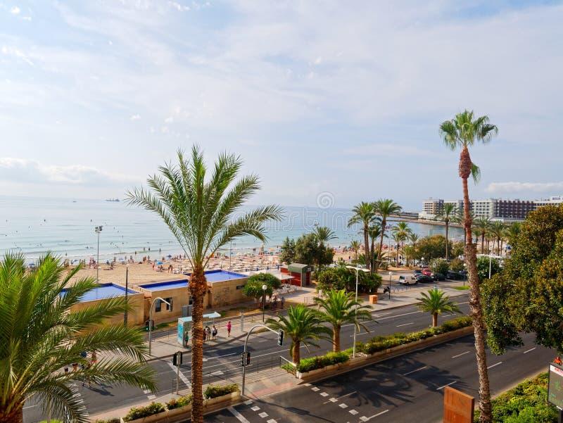 Härligt gömma i handflatan och stranden i Alicante spain royaltyfri foto