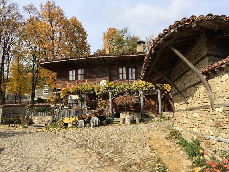 Härligt gammalt hus i byn Zheravna royaltyfri fotografi