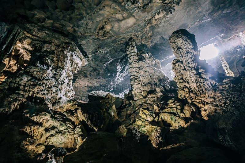 Härligt geologiskt bildande av stalagmit i solfyllbultgrotta på mummel lång fjärd, Vietnam arkivfoton