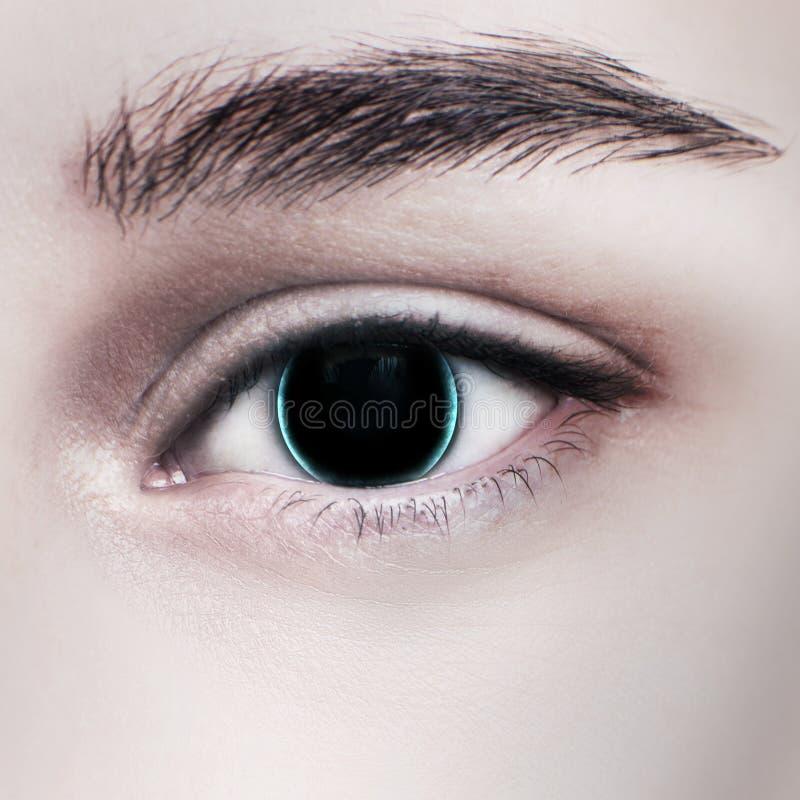 Härligt glödande kvinnligt öga för cyborg royaltyfri foto
